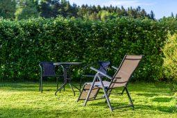 Leżaki, fotele i parasole ogrodowe – trendy 2019